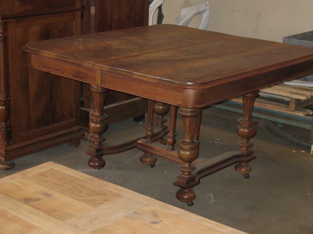 table avant restauration et décapage par l'entreprise décapsoft