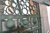 les petits cercles metallique rivetés entre eux sont typique du style art déco