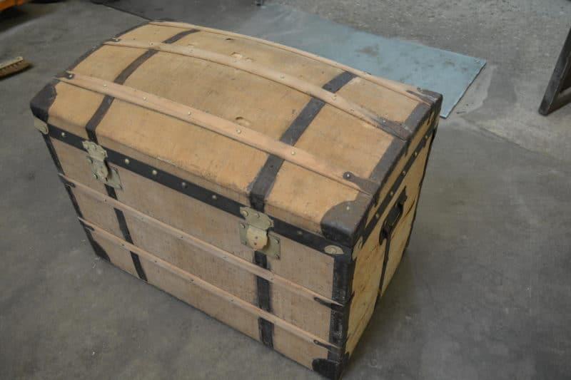 malle en bois recouverte de jute