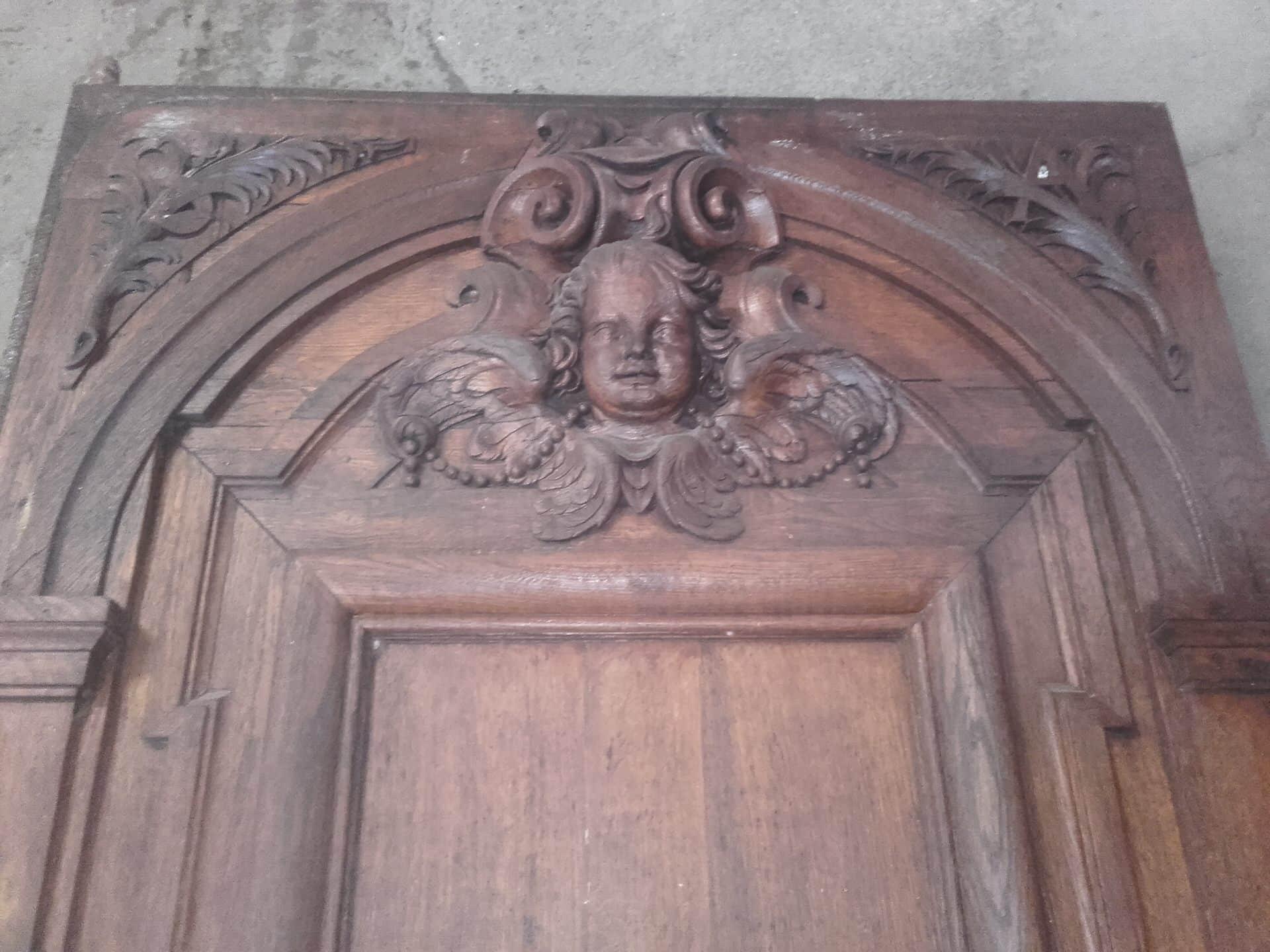 angelot sur porte en bois sculptée