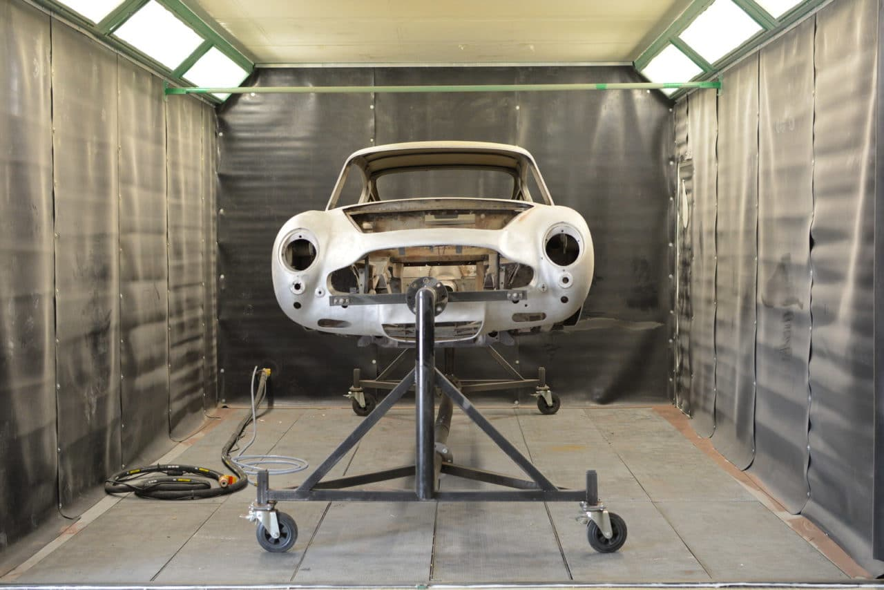 Aston martin DB5 dans cabine aérogommage